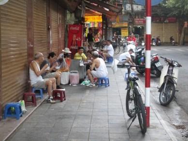 Petit déjeuner matinal dans la rue Hanoi