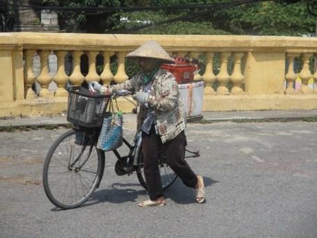 Vieille femme montant en direction du pont