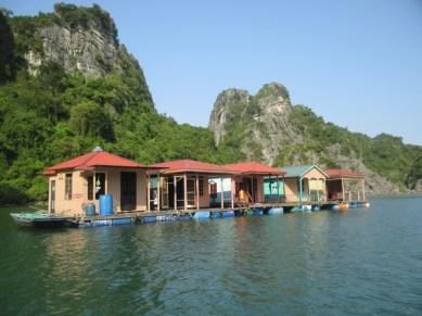 village pêcheurs Baie Halong