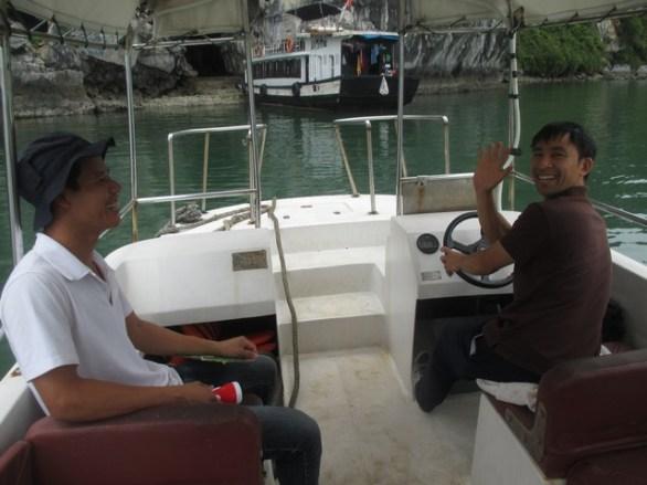 À gauche, notre guide. À droite, le capitaine