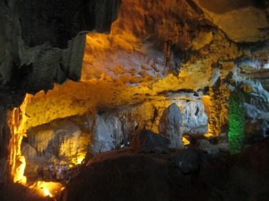 grotte de la surprise halong bay