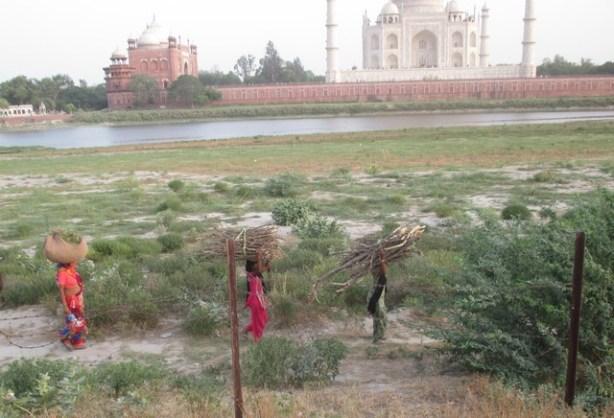 femmes derrière le taj Mahal