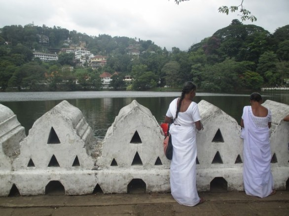 offrandes fleurs lac Kandy
