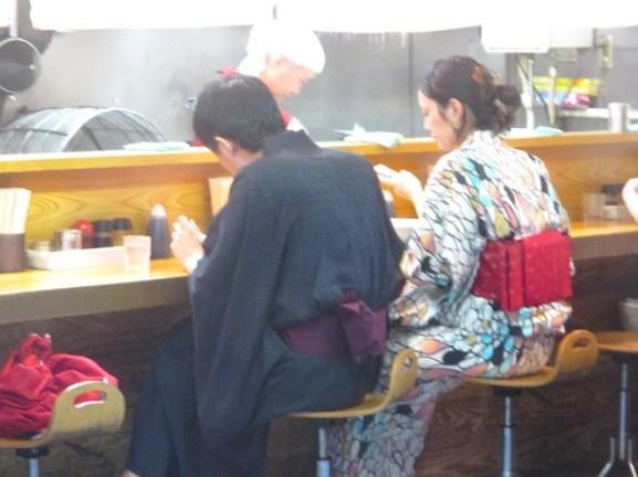 couple en kimono restaurant