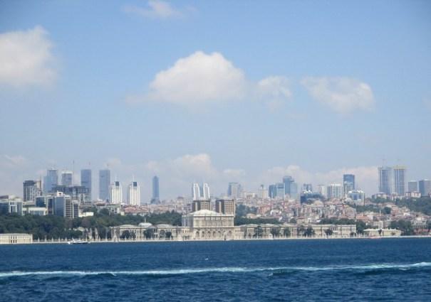 rive asisatique avec tours modernes