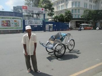 cyclo-pousse devant l'opéra Saigon