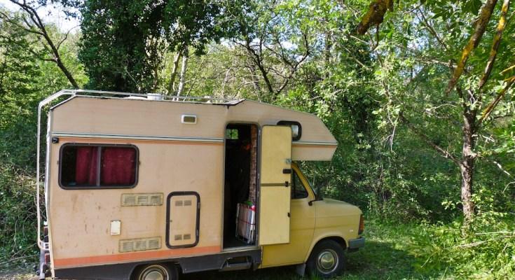 vins sur caramy et lac de montmeyan quinson en camping car carnets de routards. Black Bedroom Furniture Sets. Home Design Ideas
