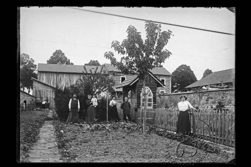 581_Fi_161_preview_famille-dans-jardin-potager_1910