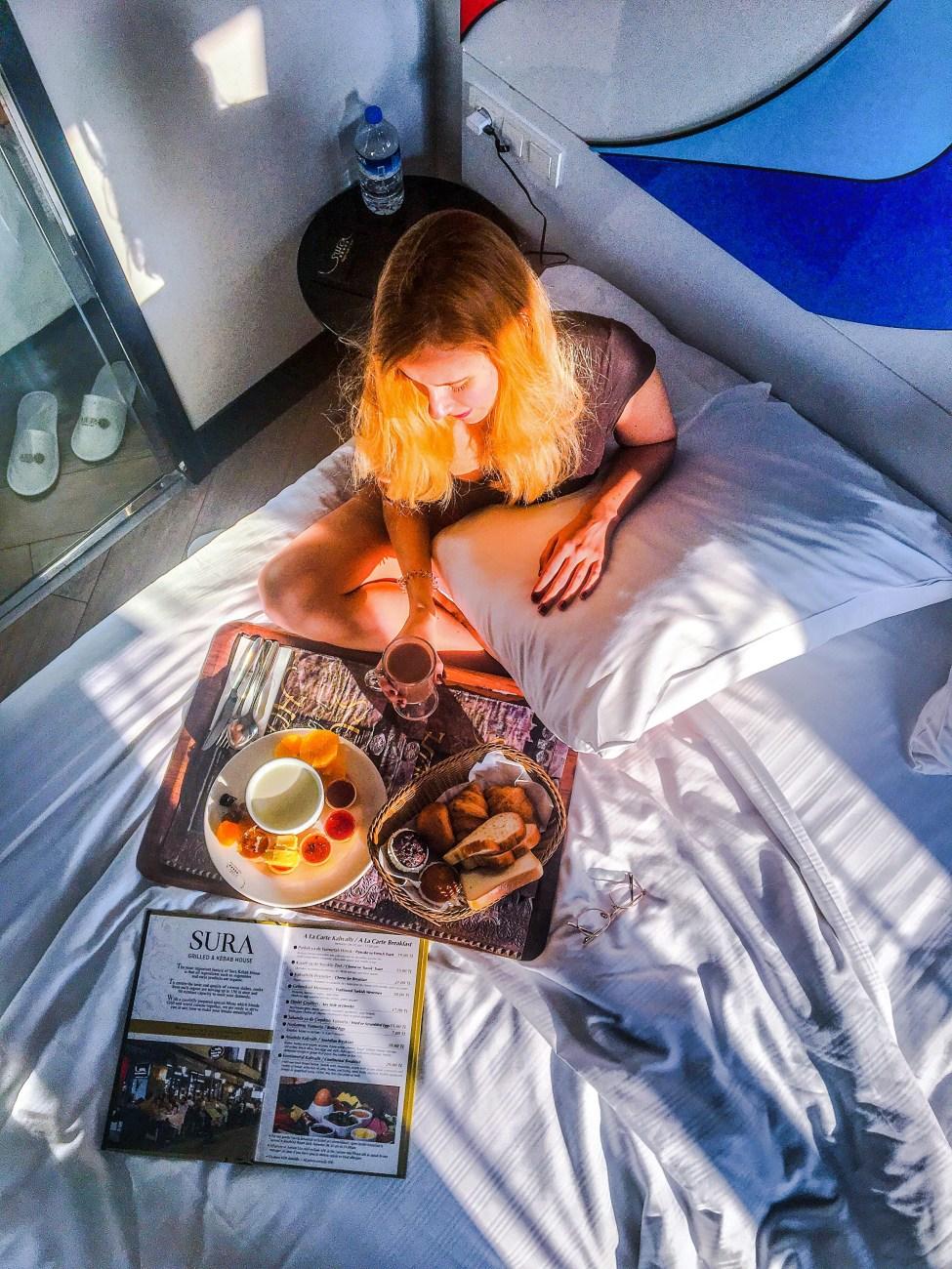 Petit-déjeuner au lit grâce au Room Service