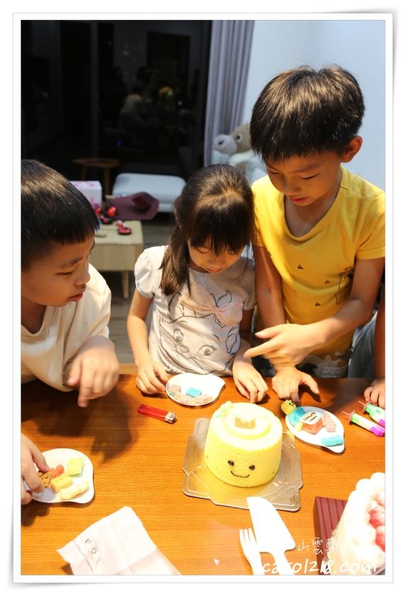 兔子吃甜點,可愛造型蛋糕,台中生日蛋糕,台中造型蛋糕,宅配生日蛋糕,戚風蛋糕,樂高積木蛋糕,樂高蛋糕,樂高造型蛋糕,無鮮奶油蛋糕,生日蛋糕,生日蛋糕推薦,積木蛋糕,造型蛋糕