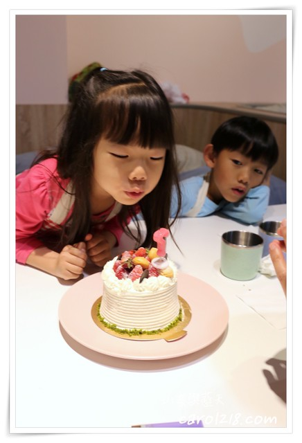 兔子的贈禮,台中甜點,台中甜點工作室,台中生日蛋糕,台中蛋糕,台中蛋糕工作室,客製化蛋糕,生日蛋糕,磅蛋糕,翻糖蛋糕,草莓生日蛋糕,草莓蛋糕 @山。雲與藍天