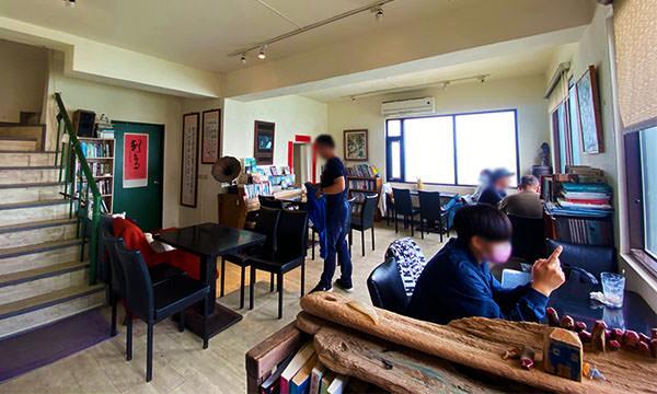 刺鳥咖啡書店 一樓座位