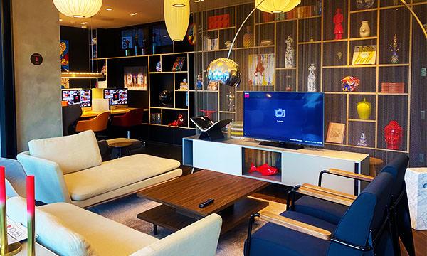 客廳有電視和電腦