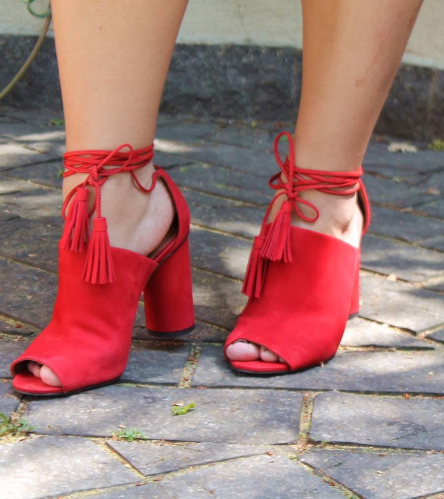 sandália vermelha com tassel Santa Lolla Carol Doria