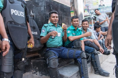 Vor dem Büro der Oppositionspartei BNP ist es ruhig: Die Polizisten sind entspannt