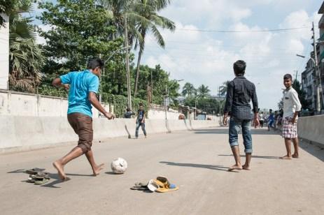 Diese Jungs freuen sich über den Hartal und nutzen die leeren Strassen für eine Partie Fussball
