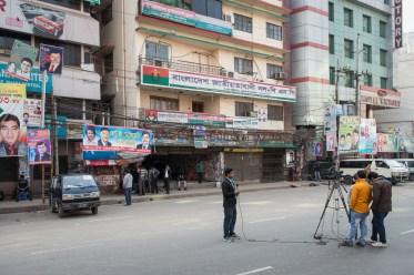 Die Medien sind bereit, doch auf der abgesperrten Strasse vor dem Büro der Oppositionspartei BNP bleibt es ruhig.