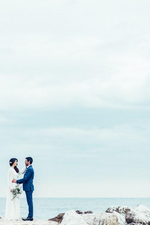 Mariés en bord de mer sur le ponton