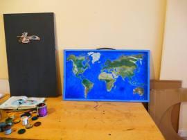 Table à tapisser détournée en tableau interactif pour les ateliers sur l'eau. Peinture de fond métalique pour les éléments aimantés ajoutés (centrale d'épuration, etc.) Outil pédagogique pour Eco&Co