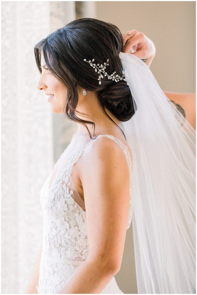 bride putting on veil at Park Chateau in New Jersey