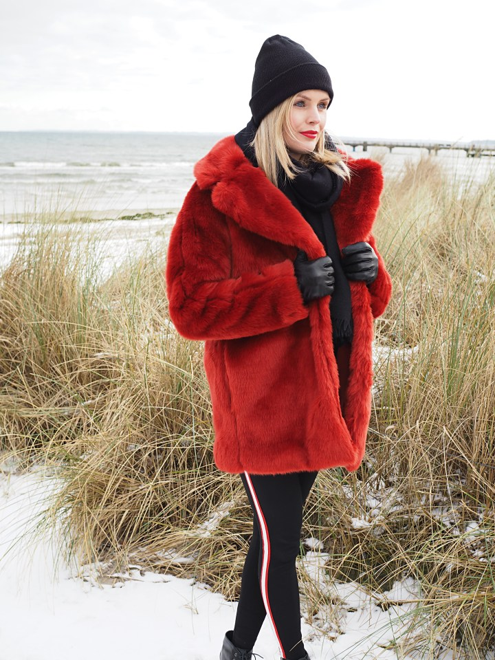 Modeblogger Hamburg, Fashionblogger, Fashionblogger Hamburg, Beautyblogger Hamburg, Beautyblogger, Beauty, Travelblogger, Travel, Hamburg, Fashion Inspiration, Inspiration, Trend 2018, Winter Trends, Fellmantel, Fake Fur, Faux Fur, Fake Fur Mantel, Faux Fur Mantel, roter Faux Fur Mantel, roter Fake Fur Mantel, Kunstfell, Track Pant, Tracking Pants, Ankleboots, Ankle Boots, Vagabond, Schnüfstiefelette, Scharbeutz, Ostsee