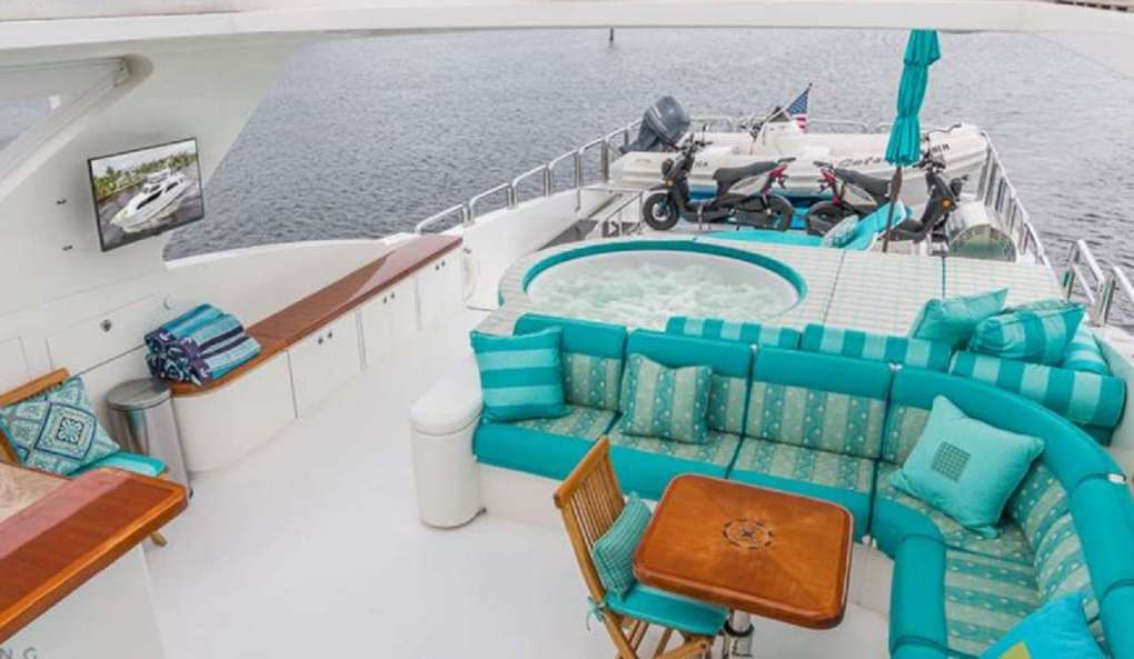 Jacuzzi and aft deck on 101ft Hargrave motor yacht CYNDERELLA