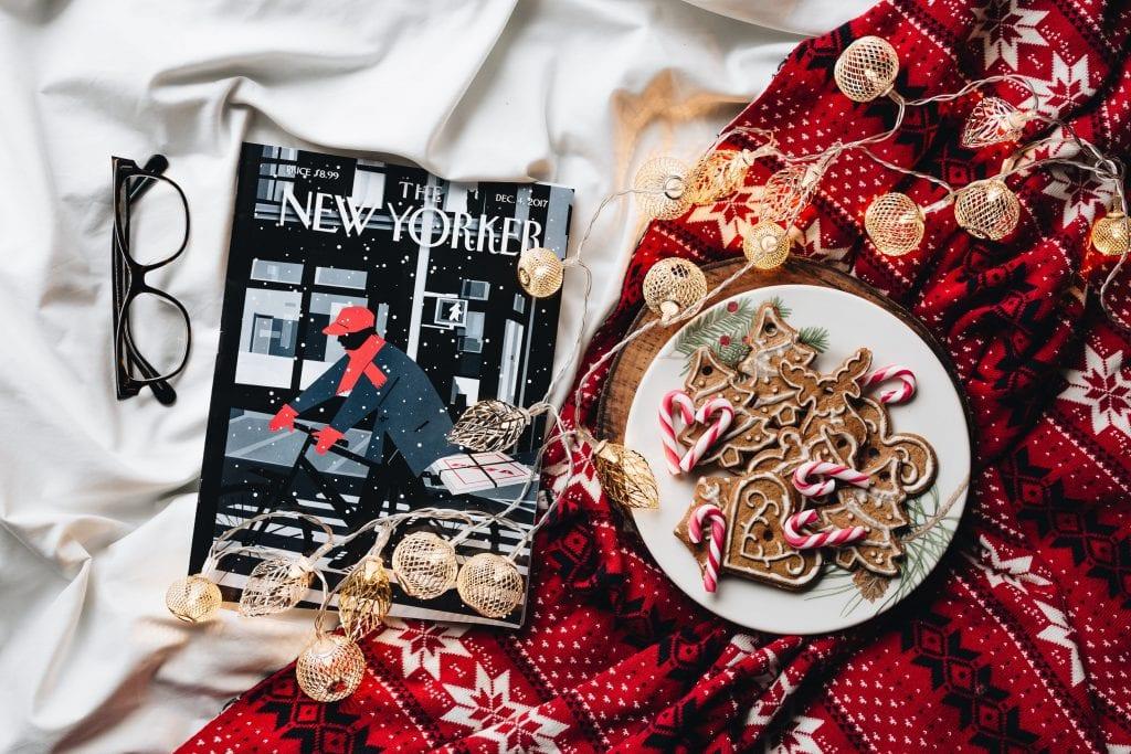 Atmosfera natalizia con biscotti natalizi, coperta e rivista.