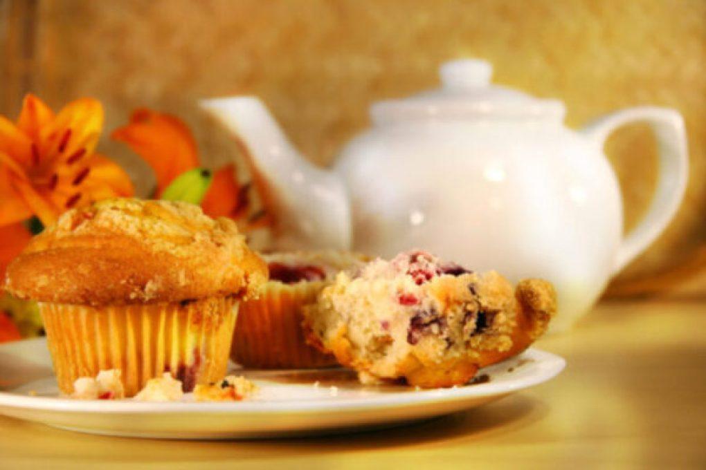 Muffins de framboesa com nozes-pecãs