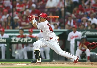 鈴木の離脱後には松山竜平が打棒爆発し、9、10月に20試合で打率.408、5本塁打、23打点の大活躍で月間MVP