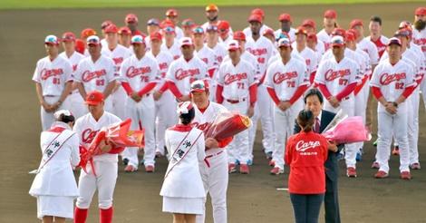 カープが沖縄で歓迎式、佐々岡監督も「V奪還、日本一目指す」と約束