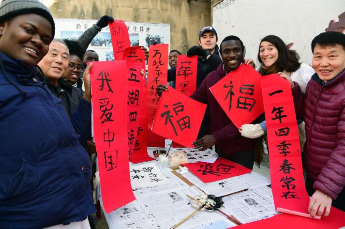#(文化)(2)江苏镇江:留学生学写春联 感受传统文化魅力