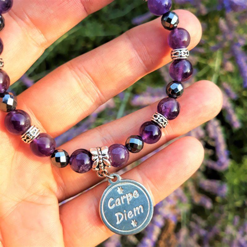 bracelet améthyste médaille carpe diem pour femme sérénité lâcher-prise calme apaisement détail