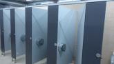 Urinarios en cabinas fenólicas