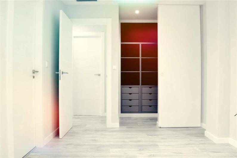 Puerta, armario y vestidor realizado en Ribarroja. Foto Slide