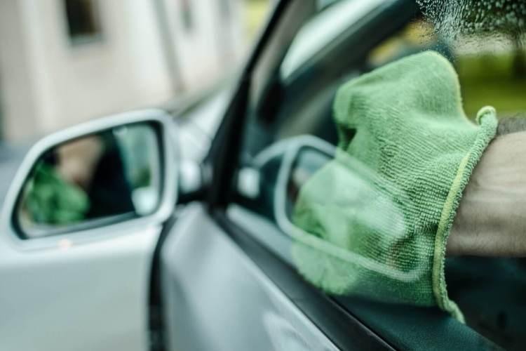 Autoscheibe reinigen für eine klare Sicht