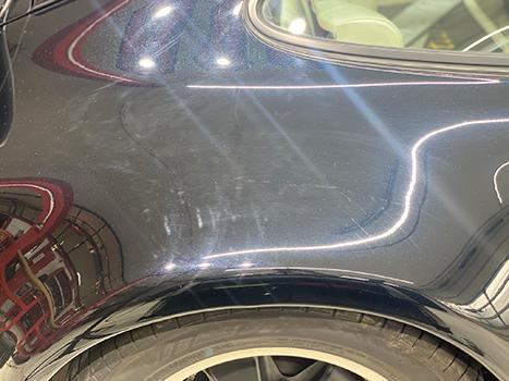 Bild eines Autos vor der Politur und Versiegelung Kratzer und Hologramme