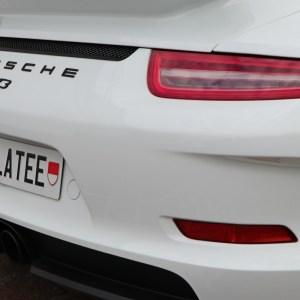 Kennzeichen ohne Rahmen montiert an einem Porsche