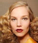 Lápiz de labios rojo tomate y delineador en un tono más claro por Bottega Veneta (Semana de la Moda de Milán)