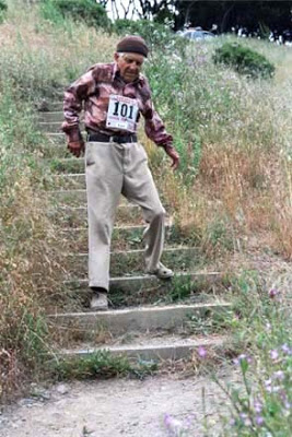 Jack Kirk en el duro descenso de los escalones de Dipsea.