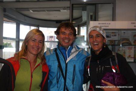 Teresa Nimes y Esther con Mayayo en la previa del UTMB2012