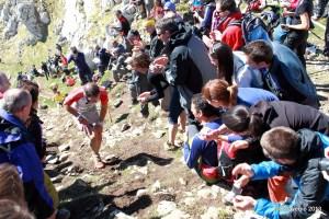 Zegama Aizkorri 2013: Pasillo de la afición en lo alto del Aizkorri.