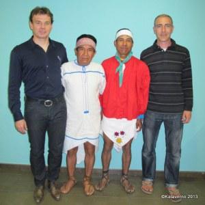 Tarahumaras Silvino y José Cruz recibidos por Mayayo y Nano Piesnegros en Barajas para correr la ultra trail CSP115.