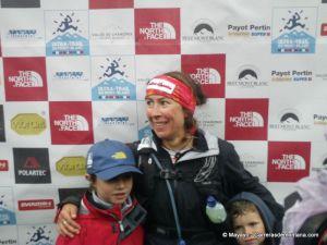 Francesca Canepa con sus hijos en meta UTMB12