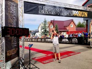 Leadville 100 Miles 2013. Director de carrera marca el final de la misma.