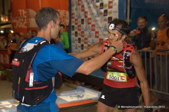 Txus Romon y Yeray Durán se abrazan en meta tras completar la CCC 2013. Foto: Kataverno.