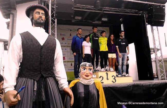 Roncesvalles Zubiri 2013: Los Gigantes escoltan al podio masculino y femenino. Foto: Memphismadrid.