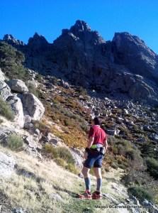 El camino de los Neveros esquiva los canchales verticales.