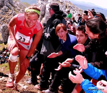 Emelie Forsberg y la soberbia afición zegamarra. Grandes momentos del Skyruning 2013. Foto: Kataverno.