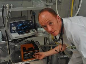 """El Doctor César Canales, en su """"oficina"""""""