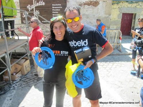 Gran Trail Peñalara: Los campeones 2014, Pedro Bianco y Alicia Chaveli, posan con sus trofeos.